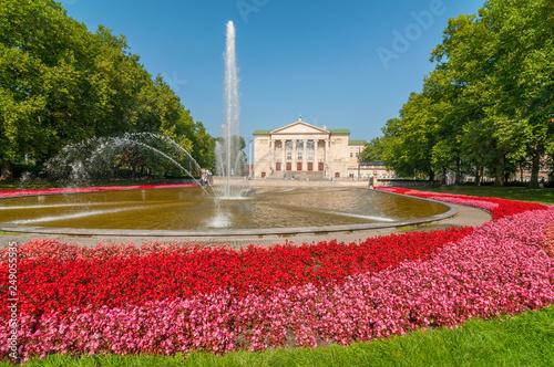 Obraz Budynek Teatru Wielkiego z fontanną i ogrodem - fototapety do salonu