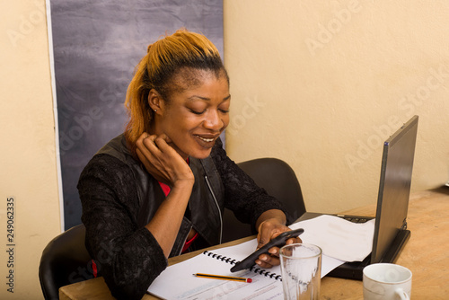 Photographie  young beautiful woman using a mobile phone in the office