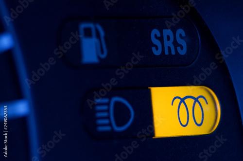Foto  engine glow plug indicator on car dashboard.
