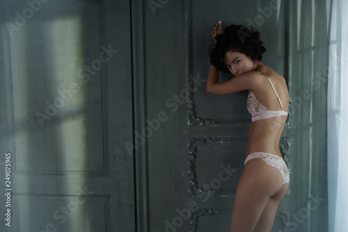 Küchenrückwand aus Glas mit Foto womenART beautiful woman in sexy lingerie pose in home interior