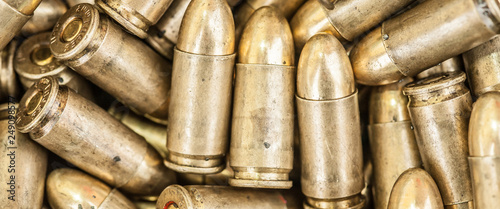 Fotografía Top close-up macro view of large group of gun bullets