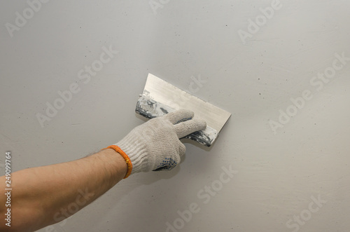 Pinturas sobre lienzo  Work putty walls. The alignment of the walls with a trowel