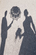 canvas print picture - Schatten eines Hochzeitspaares mit Braustrauß und Schirm