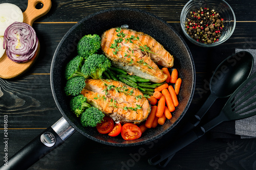 Carta da parati grilled salmon fillet with broccoli and vegetables in a pan