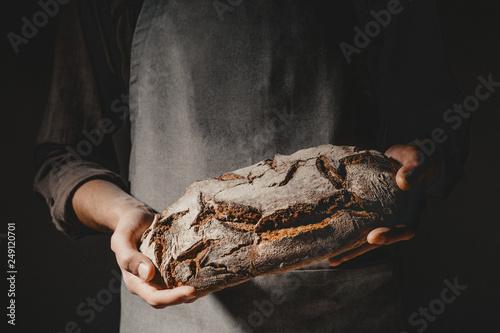 Fotomural Baker or chef holding fresh made bread
