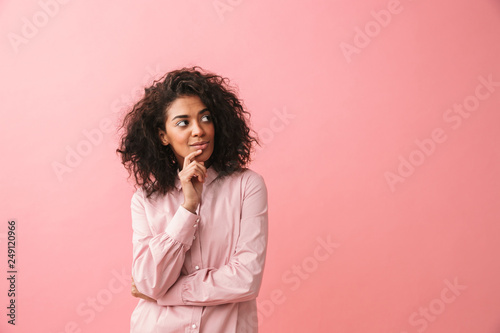 Photo  Happy beautiful young african woman posing isolated over pink wall background