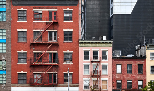Photo Old tenement houses with fire escapes in New York City, USA.