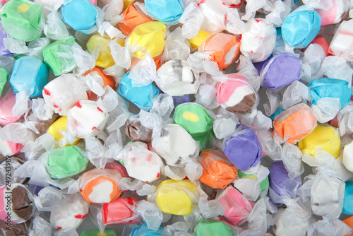 Fotografía  Background of salt water taffy in various flavors and colors wrapped in white transparent paper