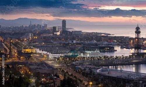 Widok świtu Barcelony z Mondjuic. Hiszpania
