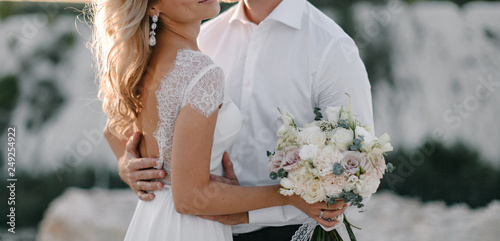 Fotografía  Wedding couple with concealed identity in evening light