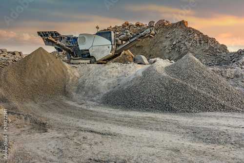 Fotografía  Transformation of stone in gravel with heavy machinery