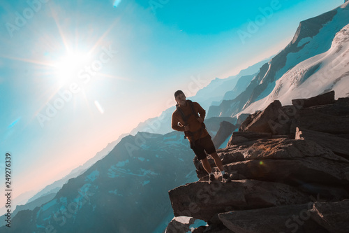 mezczyzna-turysta-na-szczycie-gory-szczyt-kesskogel-w-parku-narodowym-wysokie-taury-w-austrii