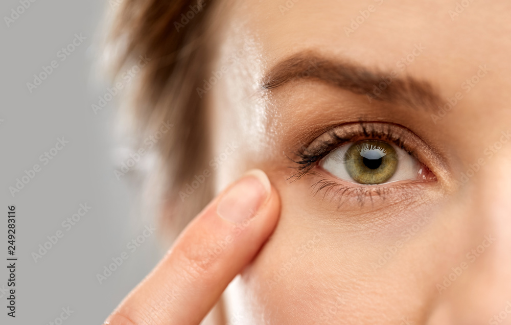 Fototapeta vision, beauty and people concept - close up of woman pointin finger to eye