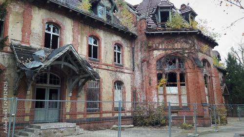 Foto auf Leinwand Altes Beelitz-Krankenhaus Beelitz Heilstätten Ruine Kantine
