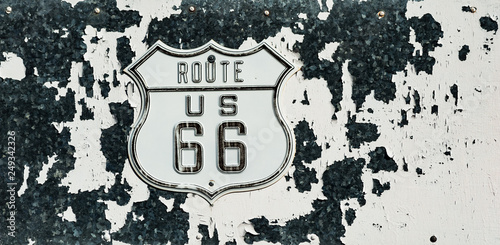 Papiers peints Route 66 Weathered and worn vintage route 66 sign in the California desert