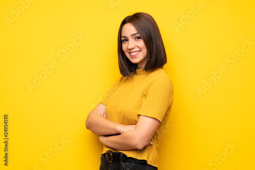 Fotografia  Portrait of young woman over white wall
