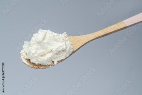 Fotografía  Traditional organic Mascarpone cheese in wooden spoon