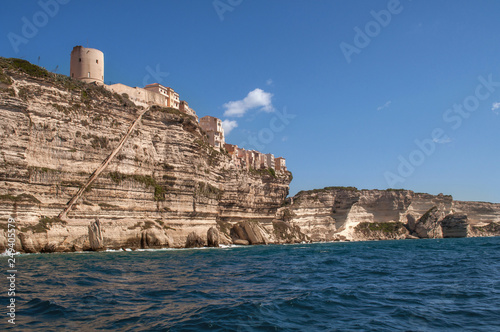 Fotografiet  A view of the city of Bonifacio, which lies directly on the rock above the sea