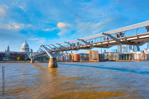 Photo  View of St Paul's Cathedral with the Millenium Bridge in London, UK