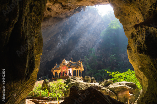 Photo Amazing Phraya Nakhon cave in Khao Sam Roi Yot national park at Prachuap Khiri Khan Thailand is small temple in the sun rays in cave