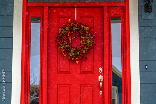 Foto auf Leinwand Rot kubanischen Red front door with wreath and glass panes in Utah