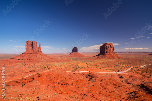 Montage in der Fensternische Koralle Monument Valley. Navajo Tribal Park. Red rocks and mountains. Located on the Arizona–Utah border. USA