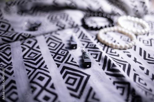 Fototapeta Kolczyki czarne na wzorzystej apaszce