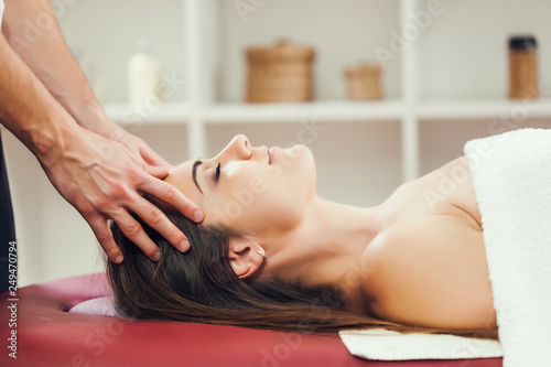 Poster Spa Young woman is enjoying head massage on spa treatment.