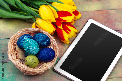 Foto auf Gartenposter Schmetterlinge im Grunge tablet screen for message and colorful tulips and easter eggs on wooden background