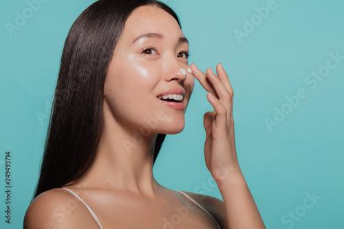 Photo  Dazzling woman applying moisturizing cream