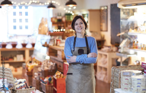 Portret uśmiechnięta kobieta właściciel sklepu Delikatesy na sobie fartuch