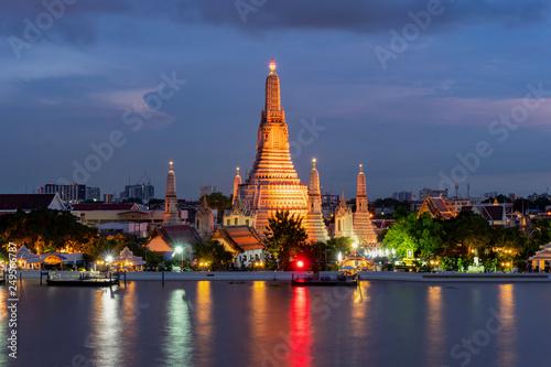 Foto  Wat Arun Temple at twilight in Bangkok, Thailand.