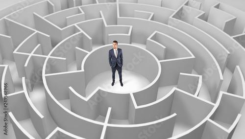 Młoda biznesmen pozycja w środku 3d round labirynt