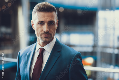 Foto Portrait of handsome man in suit looking at camera
