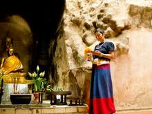 Femme Thaïe En Habit Traditio...