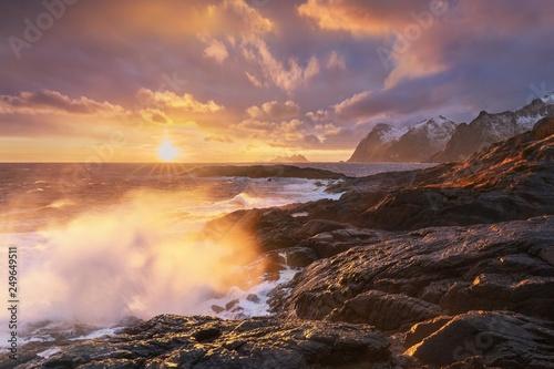 zmierzch-lub-wschod-slonca-panoramiczny-widok-na-oszalamiajace-gory-na-lofotach-norwegia-gory-wybrzeza-krajobraz-kolo-podbiegunowe