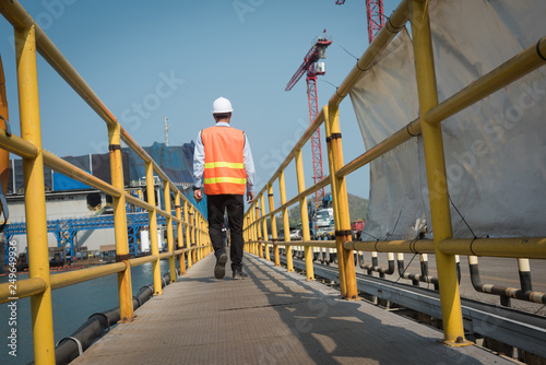 Fotografía  Inspector port state control for safety and control security during the operatio
