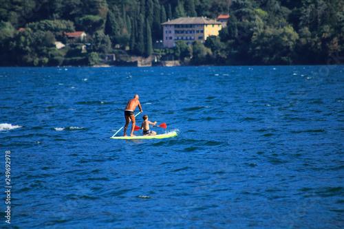 Fotografía  Surfer und Segler am oberen Teil vom Comer See in Italien