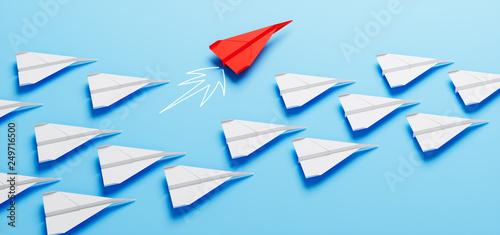 Fotografie, Obraz  Roter Papierflieger bei Kurswechsel - Durchstarten