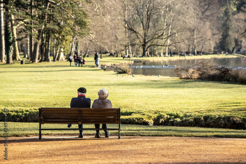 Fotografia Elderly couple watching the park