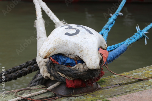 Fotografía  Bollard with ropes from ships moored in the Lekhaven harbor in the port of Rotte