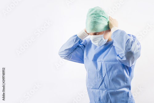 Photo Surgeon doctor in sterile gloves preparing for operation in hospital