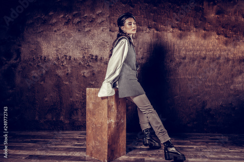 Photo  Pleasant attractive woman leaning on the stool
