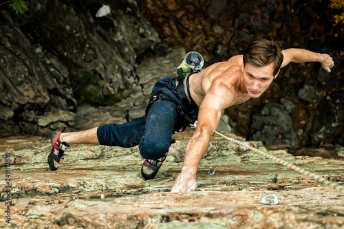 Fotografía Rock climber climbs on a cliff on a rope, top view
