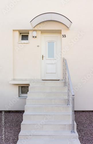 Moderner Eingang Mit Haustur Und Vordach Und Freitragender