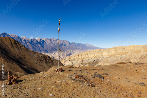 Foto  stick stuck in the ground and indicating the highest point of the pass, Himalayas, Nepal