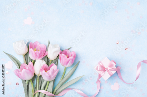 Papiers peints Tulip Tulip flowers and gift box for Women day, Mother day background. Flat lay.