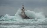 Latarnia morska i burza na morzu i duże fale, które włamują się do światła morskiego w porcie Ahtopol, Morze Czarne, Bułgaria - 249864957