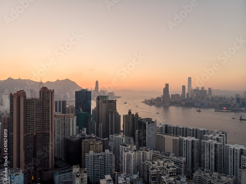 Fotografia  Sunset over Hong Kong and the Victoria harbor