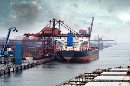 cago géant dans le port Fototapet